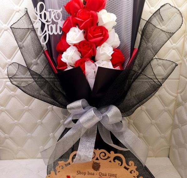 Bó hoa hồng sáp 19 bông đứng lưới