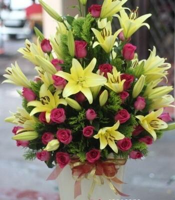Sự kết hợp hoàn hảo giữa hoa ly và hoa hồng- ý nghĩa hoa ly